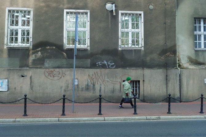 Zawilgocenie ścian zewnętrznych budynku spowodowane przez kapilarne podciąganie wilgoci z gruntu Fot. B. Monczyński