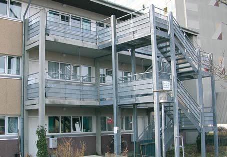 Przykład realizacji opisywanych typów konstrukcji: taras i schody dostawione do budynku