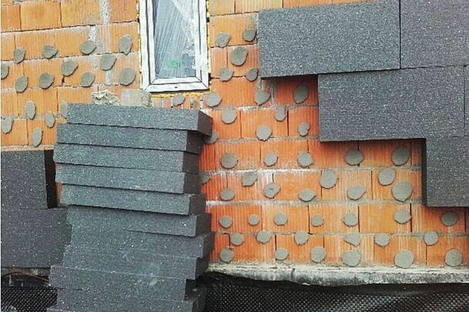 Odpadnięcie okładziny od elewacji budynku pod wpływem rozszerzalności termicznej płyt mocowanych punktowo P. Krause