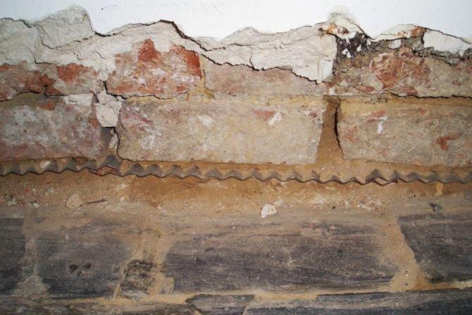 Najpowszechniej stosowanymi metodami mechanicznymi są metoda podcinania muru oraz wciskanie blachy ze stali szlachetnej. Fot. Wikimedia Commons