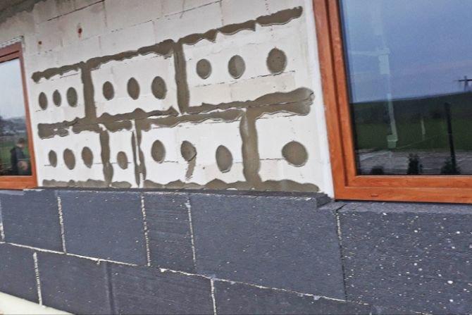 Przykłady niepoprawnego mocowania płyt styropianowych: odpadanie płyt styropianowych K. Pawłowski