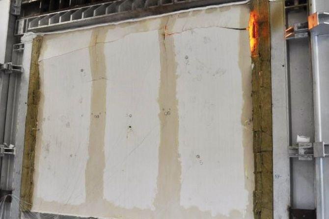 Podczas badania w zakresie odporności ogniowej elementów i konstrukcji drewnianych sprawdza się m.in. izolacyjność ogniową oraz odporność na oddziaływanie mechaniczne. Fot. [1]