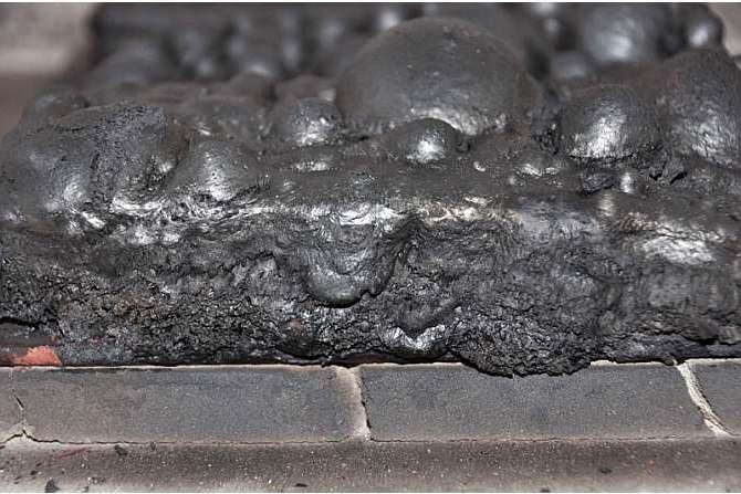 Powłoka ogniochronna po oddziaływaniu wysokiej temperatury. W warunkach pożaru taka powłoka pęcznieje, zwęgla się wytwarzając sobą barierę ochronną oddzielającą powleczone nią konstrukcje przed destrukcyjnym wpływem ognia i wysokiej temperatury. J. Sawicki