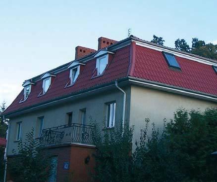 Fot. 1. Dachy mansardowe są z reguły doświetlane lukarnami. Jednak w tym budynku lukarny znajdują się tylko od ulicy, a z boków zamontowano okna dachowe.