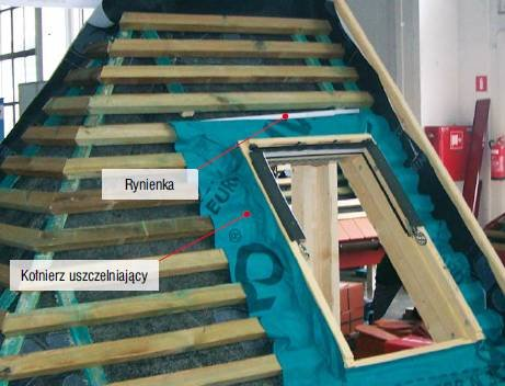 Fot. 11. Eksponat konkursowy. Uszczelnienie okna (zielony kołnierz) podłożone jest pod rynienkę i MWK (kolor czarny). Rynienka wychodzi poza okno i podcięte kontrłaty.