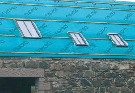 Fot. 12. Ten dach będzie kryty łupkiem na łatach (z kontrłatami). MWK jest ułożona na deskowaniu. Okna dachowe będą uszczelnione tą samą MWK za pomocą taśm samoprzylepnych.