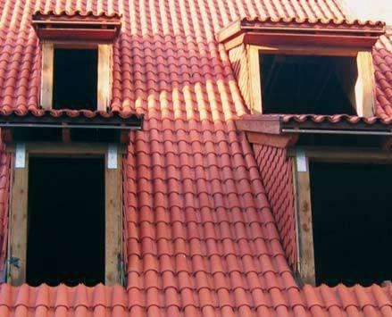 Fot. 2. Remont starej kamienicy. W nowoczesnym budynku byłyby to cztery okna dachowe i na pewno dach wyglądałby lepiej, a jego koszt byłby mniejszy.