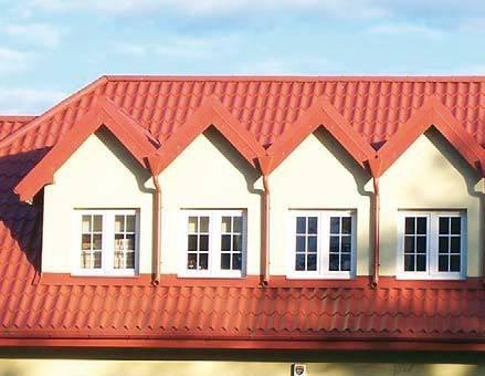 Fot. 3. Taki wybór doświetlenia nie jest dobry nie tylko ze względów estetycznych – ma również konsekwencje techniczne. Dach z oknami dachowymi byłby trwalszy. Poziome zlewnie są ryzykowne.
