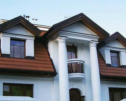 Fot. 5. Dach mansardowy dobrze wygląda z lukarnami. Jego wykonanie wymaga jednak dużo pracy i dlatego jest droższy od doświetlonego oknami dachowymi.