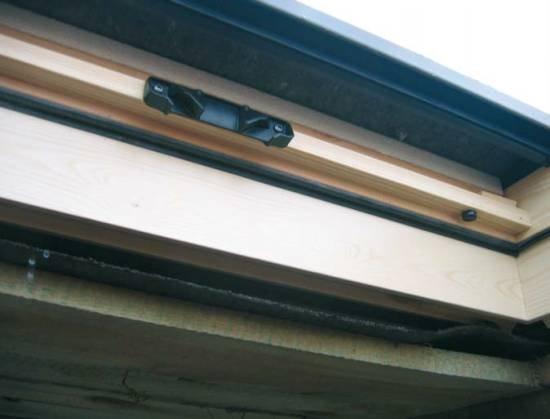 Fot. 6. Ten dach jest w budowie, a już widać błędy. Nad oknem nie ma rynienki odprowadzającej wodę. W czasie deszczu zawsze powstają drobne przecieki, które teraz wpadają do środka.