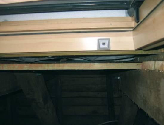 Fot. 8. Dach z fot. 6 i 7. Okno mocowane jest do łat. Dobrze widać, jak kontrłaty podnoszą okno i tworzą szczelinę (wentylacyjną) transportującą przecieki i skropliny z góry.