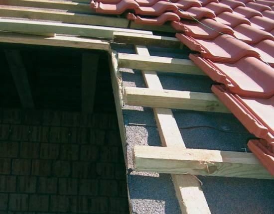 Fot. 9. Takie wycięcie pod okno dachowe wykonuje się tuż przed jego wstawieniem. W takim systemie wykonanie rynienki nad oknem wymaga wiele pracy – więc się jej nie montuje.