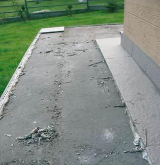 Powierzchnia słabego jastrychu cementowego wykonanego metodą tradycyjną (na budowie) zniszczona po pierwszej zimie