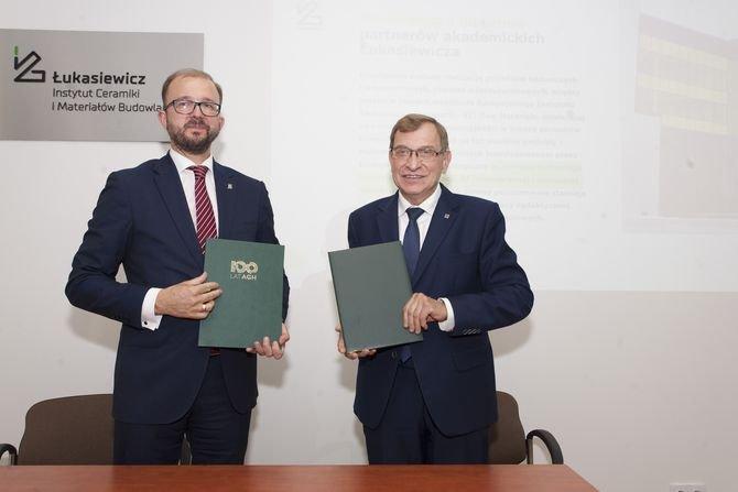 Od lewej: Piotr Dardziński, prezes Sieci Badawczej Łukasiewicz i prof. Jerzy Lis, rektor elekt Akademii Górniczo-Hutniczej w Krakowie ICiMB