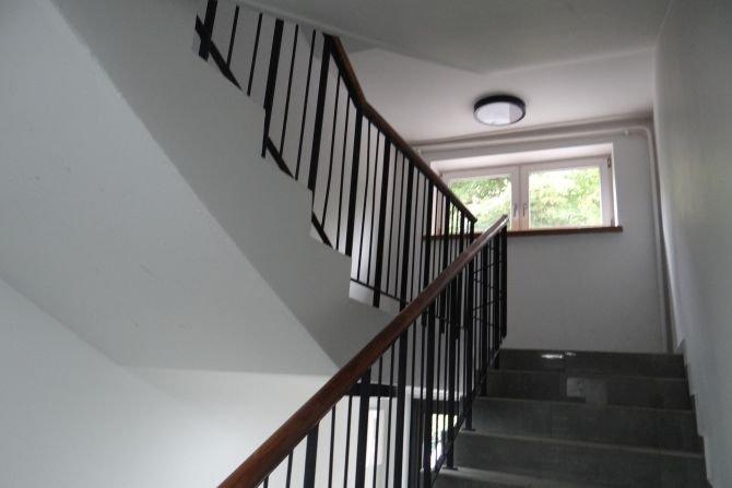 Poznaj wymagania dotyczące akustyki klatek schodowych i korytarzy zawarte w polskich normach Fot. J. Sawicki
