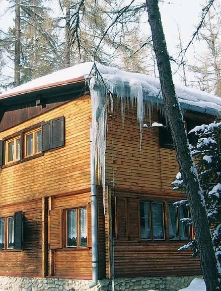 Fot. 2. Dom w słowackich Tatrach – dach o niskim kącie nachylenia. Dobrze zamocowane rynny metalowe wytrzymują duże i bardzo duże obciążenia czapą śniegowo-lodową. Mocna konstrukcja wytrzyma nawet grubszą warstwę śniegu, który jest dodatkową osłoną termo.