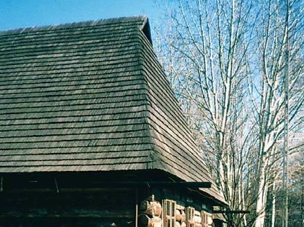 Fot. 4. W starych dachach drewniane rynny wisiały na długich uchwytach i nikomu to nie przeszkadzało. Dzisiaj takie rozwiązania są cechą wyróżniającą budynki w skansenach. Ten dom znajduje się w skansenie kempingu w Przeworsku.