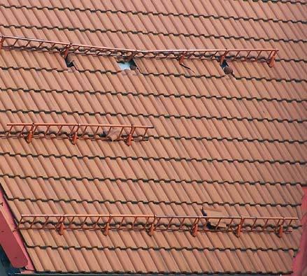 Fot. 6. Zdjęcie przedstawia dach z fot. 5. Jak widać, pod dachówkami, na których oparte są uchwyty drabinek, powinny być zamocowane specjalne łaty podpierające. Często przyczyną łamania uchwytów przez śnieg jest ich wadliwy montaż (należy czytać instrukc.