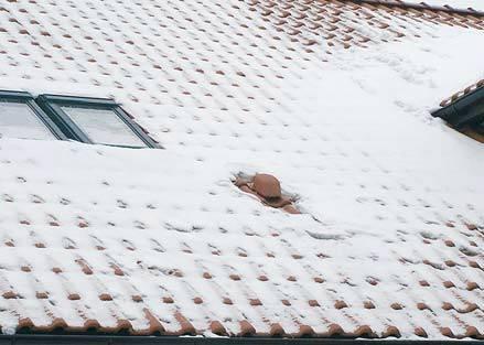 Fot. 7. Śniegu jest jeszcze nie tak dużo (zdjęcie wykonano przed większymi opadami), ale wyraźnie widać, że powietrze wypływające z odpowietrzenia kanalizacji lub wychodzące z wentylacji pomieszczeń rozpuszcza śnieg. Powstała woda płynie pod śniegiem, a .
