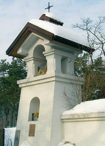 Fot. 1. Na żadnym z okapów tej kapliczki nie ma sopli, mimo że jest na nim dużo śniegu. Dach nie chroni ciepłego wnętrza budynku i dlatego śnieg nie topi się od środka – od spodu.