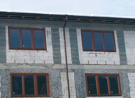 Fot. 2. Strona południowa nowo budowanego budynku wielorodzinnego. Na całej długości okapu nie powstał ani jeden sopel, co jest dowodem na to, że powstają one głównie na skutek działania ciepła uciekającego przez dachy.