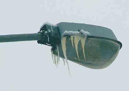 Fot. 4. Na bardzo wielu latarniach oświetlających ulice lub place widoczne były sople pochodzące ze stopionego nocą śniegu. Ilość i wielkość sopli zależy od rodzaju lamp. Śniegu leżącego na lampach jest mniej niż na sąsiadujących dachach.