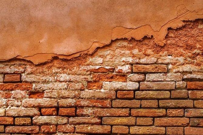 Widoczne wykwity solne na powierzchni ściany powstałe na skutek podciągania kapilarnego wody w materiałach budowlanych sygnalizują problem obecności wilgoci w murze. Fot. Archiwum redakcji