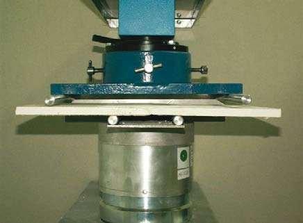 Fot. 3. Badanie wytrzymałości złącza płyt g-k metodą zginania według normy PN-EN 13963:2008