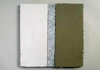 Fot. 4. Płyta z wrażliwego na przebarwienia kamienia naturalnego. Na lewą część naniesiono biały, szybkowiążący i szybkoschnący klej, na prawą natomiast zwykłą zaprawę klejącą.