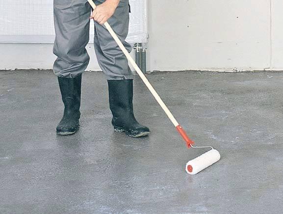 Fot. 2. Gruntowanie powierzchni emulsją, która ma za zadanie wzmocnić podłoże i ograniczyć jego chłonność