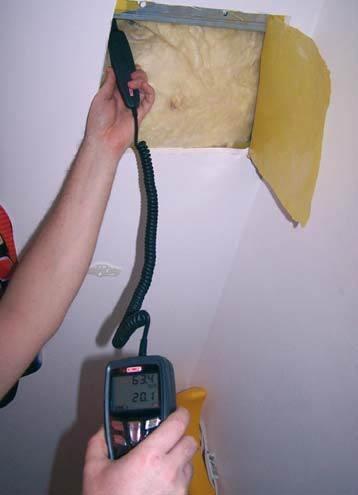 Fot. 3. Pomiar RH powietrza w miejscu odkrywki wykonany w mieszkalnej części poddasza. Odkrywka miała na celu sprawdzenie, czy w części mieszkalnej nie ma pleśni pod płytami gipsowo-kartonowymi i jak ułożono paroizolację (okazała się ona nieszczelna). Po.