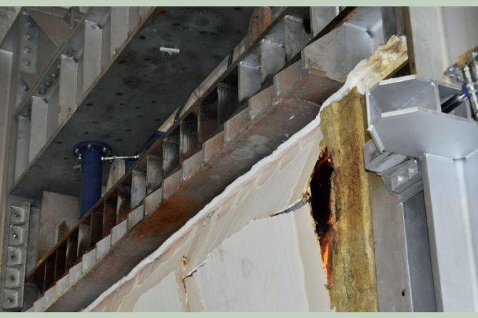 FOT. 2. Element próbny ściany nośnej z elementów drewnianych w momencie utraty nośności ogniowej; fot.: [1]