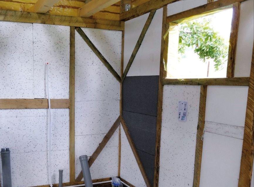 FOT. 2. Przestrzeń w podkonstrukcji domu szkieletowego wypełniona materiałem izolacyjnym; fot.: M. Wieczorek