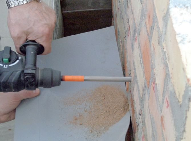 FOT. 2. Pobieranie zwiercin na potrzeby badania wilgotności muru przed wykonaniem iniekcji, fot.: B. Monczyński