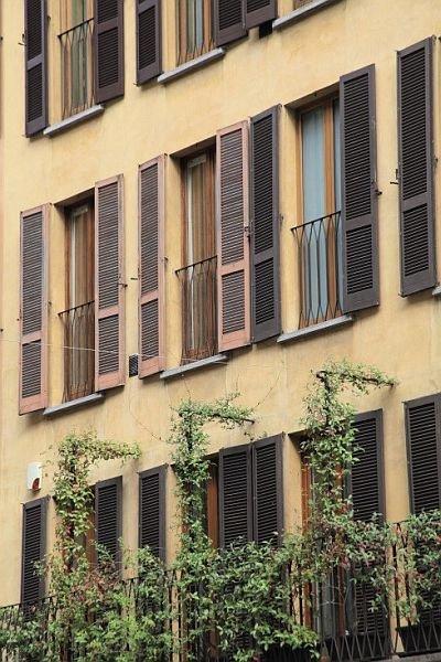 FOT. 3. Okiennice występujące na budynku mieszkalnym w Mediolanie; fot.: archiwum J. Żurawskiego