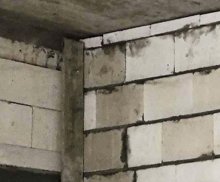 Brak dylatacji pomiędzy ścianą a stropem; fot.: T. Rybarczyk