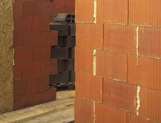 Niewłaściwe rozwiązanie - zamiast piany poliuretanowej w spoinach czołowych powinna być zaprawa murarska; fot.: T. Rybarczyk
