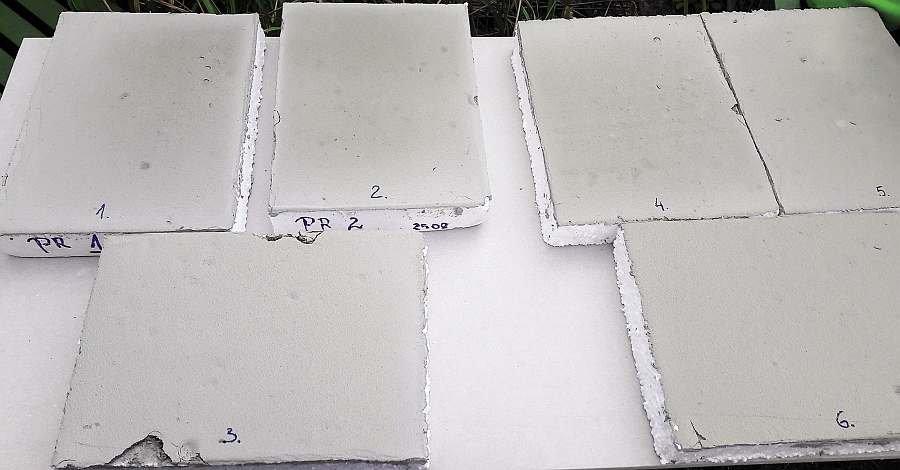 Fot. 1. Płyty styropianowe z naniesionymi próbkami kleju - eksponowane w warunkach letnich przez 1 dzień; fot. archiwum autorów