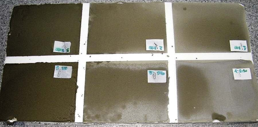 Fot. 2. Płyty styropianowe z naniesionymi próbkami kleju - eksponowane w łagodnych warunkach zimowych przez 2 dni; fot. archiwum autorów