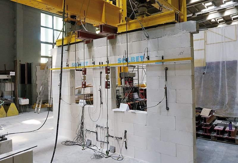 FOT. 9. Model ściany z dwoma oknami z autoklawizowanego betonu komórkowego w skali naturalnej; fot.: T. Połubiński, Ł. Drobiec, R. Jokiel