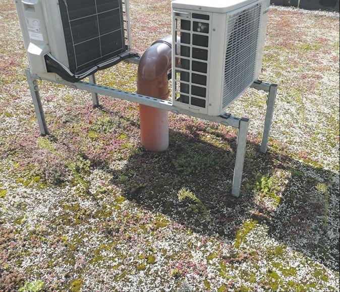 Fot. 1.Takie zamocowanie klimatyzatora znacznie utrudnia poprawność uszczelnienia każdego ze słupków mocujących; fot.: archiwum autora (M. Rokiel)