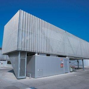 """Fot. 1. Płyty warstwowe stosowane są nie tylko jako elementy dachów i elewacji obiektów budowlanych, lecz także jako obudowy zespołów urządzeń sytuowanych na takich obiektach. Na zdjęciu: agregat chłodniczy w obudowie z płyt warstwowych na dachu supermarketu """"Atrio"""" w Villach (Austria)"""