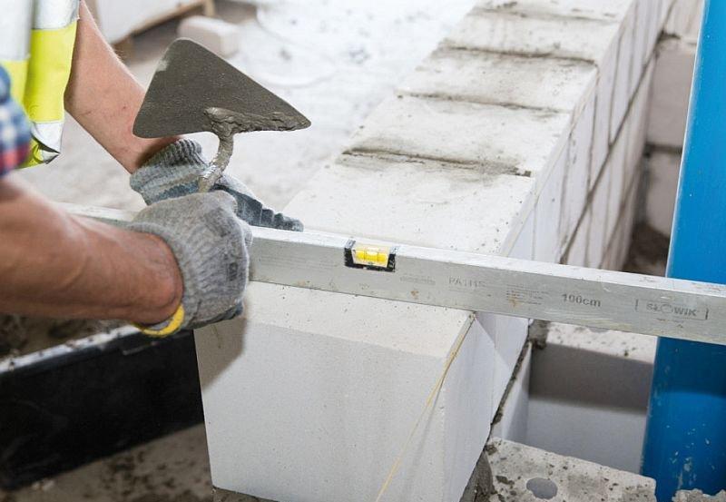 Zastosowanie bloczków silikatowych pozwala na murowanie ich na cienkie spoiny, co wyklucza już na etapie budowy w przyszłej eksploatacji budynku możliwości występowania na ich złączach mostków cieplnych (termicznych); fot. J. Macech