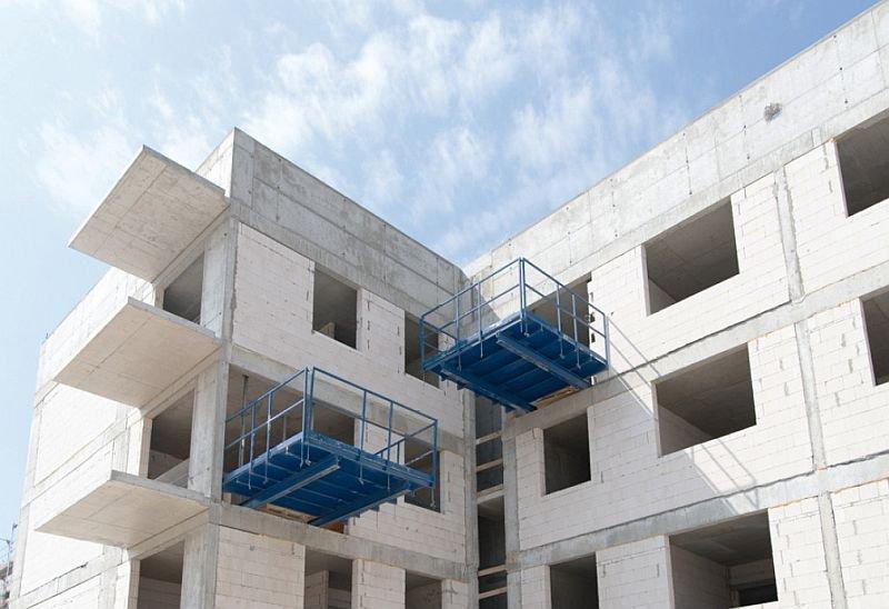 Płaszczyzny takich wystających elementów w nowo wznoszonych budynkach, jak np. płyt balkonowych, w celu uniknięcia w tych strefach występowania mostków cieplnych ocieplane są materiałami izolacyjnymi (wełna mineralna/styropian); fot. J. Macech
