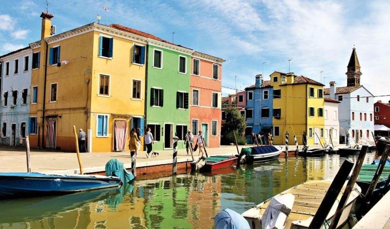 Farby elewacyjne dzięki szerokiej gamie dostępnych kolorów mogą tworzyć ciekawe miejsca; fot.: Pixabay