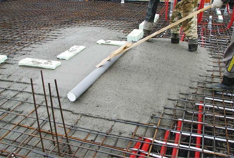 FOT. 3. Układanie mieszanki betonowej płyty fundamentowej; fot. archiwum autora