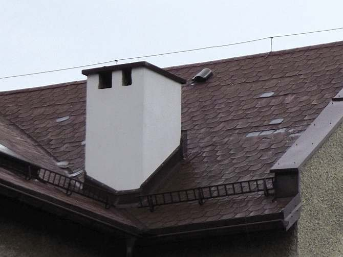 FOT. 3. Dach z poszyciem wykonanym ze zwykłych desek, które z powodu braku wentylacji połaci klawiszują i podnoszą arkusze gontu, co powoduje jego wyłamywanie. Widoczny kominek wentylacyjny działa tylko miejscowo, bez szczeliny wentylacyjnej (bez wlotu w okapie); fot.: archiwum autora