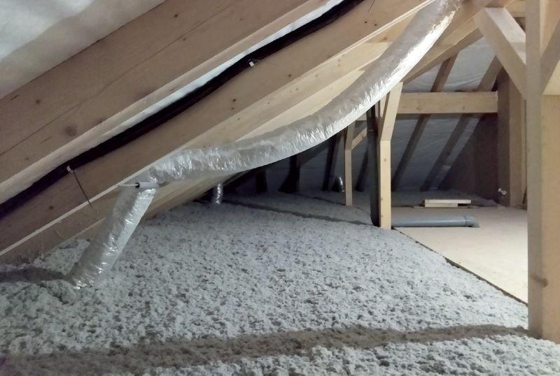 Fot. 3. Przykład gotowego ocieplenia. Izolacja z włókien celulozowych; fot.: Derowerk