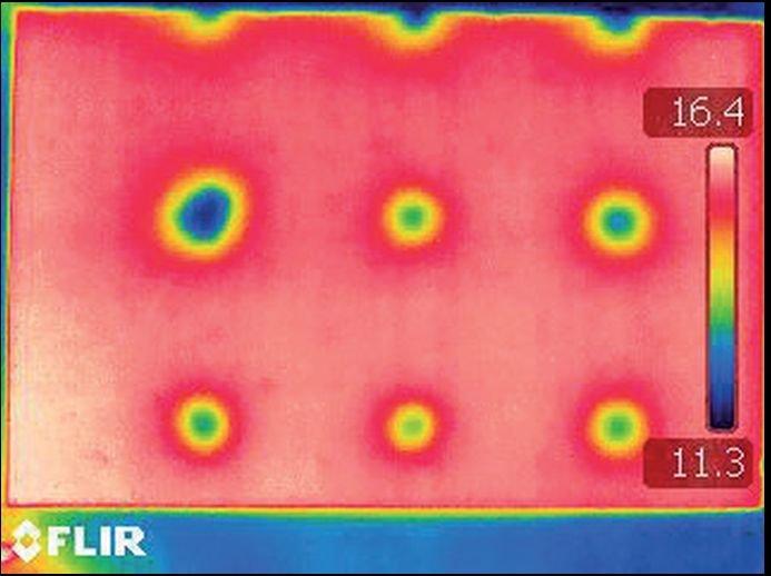 RYS. 10. Termogram powierzchni płyty punktowo-kapilarnej z widocznymi strefami wychłodzenia wokół kanałów transportujących wodę; rys.: R. Wójcik