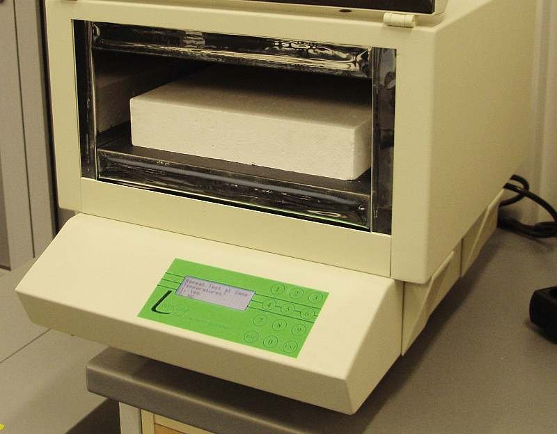 FOT. 1. Próbka umieszczona w komorze pomiarowej instrumentu Laser Comp FOX 314; fot. archiwum autora